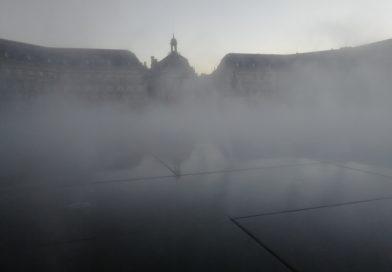 Le miroir d'eau de Bordeaux dans la brume